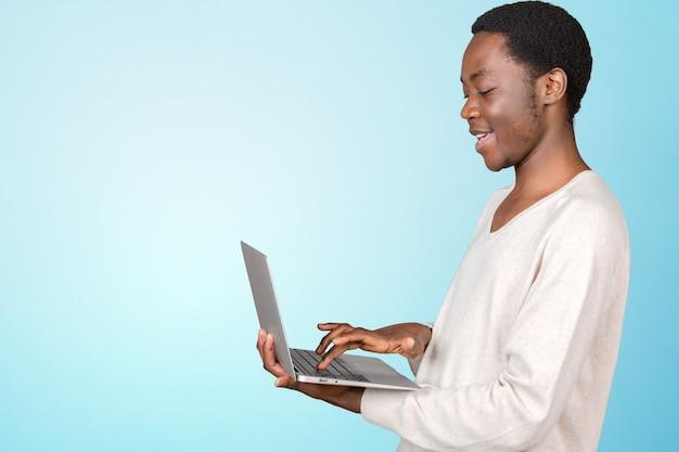 Gelukkig lachend knappe man met laptop Premium Foto