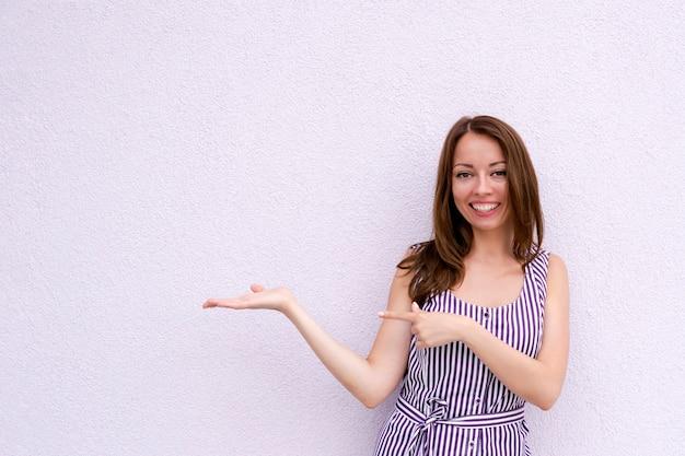 Gelukkig lachende vrouw Premium Foto
