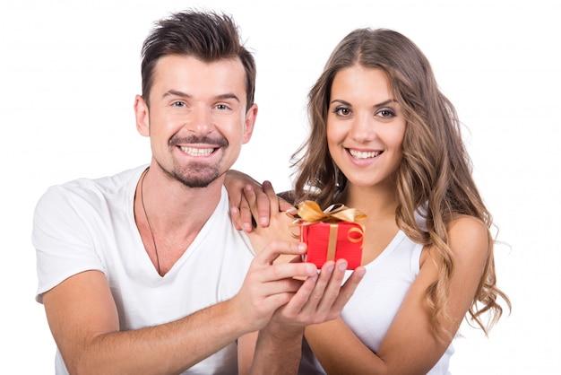 Gelukkig man die een cadeau geeft aan zijn vriendin. Premium Foto