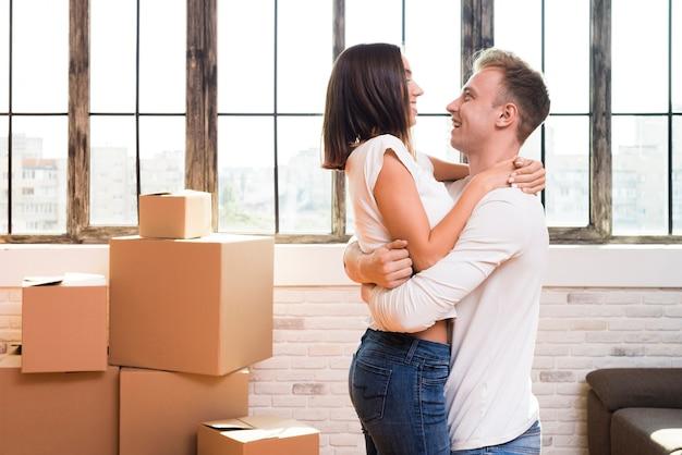 Gelukkig man zijn vriendin in zijn armen houden Gratis Foto