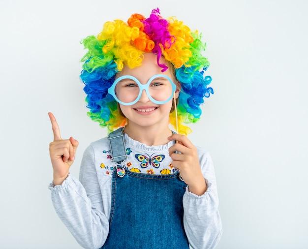 Gelukkig meisje dat clownpruik draagt Premium Foto