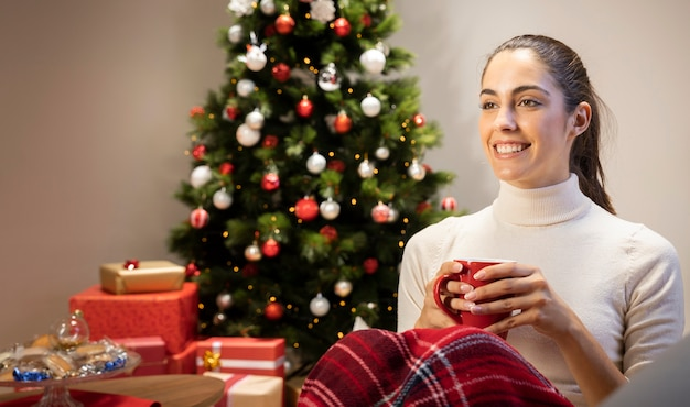 Gelukkig meisje dat een kop thee houdt Gratis Foto