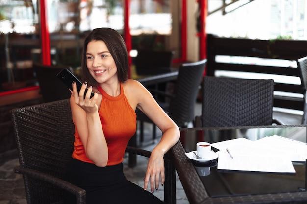 Gelukkig meisje in een café voor een kopje koffie. Premium Foto