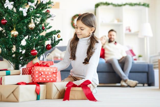 Gelukkig meisje opening kerstcadeautjes Gratis Foto