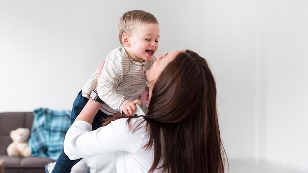 Gelukkig moeder en kind met exemplaarruimte Gratis Foto