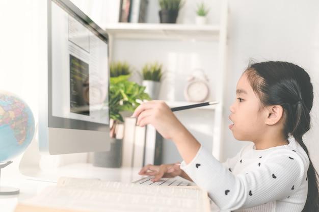 Gelukkig mooi meisje student met behulp van een computer om te studeren via online e-learning Premium Foto