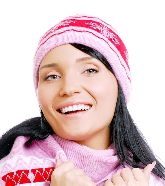 Gelukkig mooie lachende vrouw in winter hoed Gratis Foto