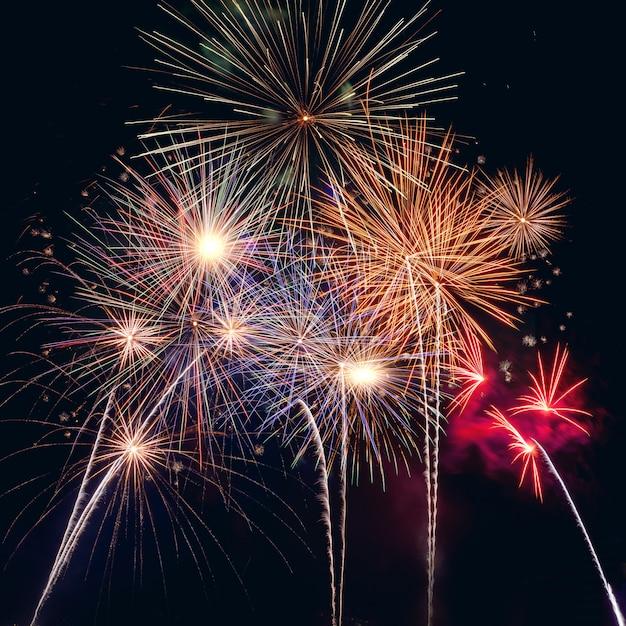 Gelukkig nieuw jaar 2020 met vuurwerk op donker Premium Foto