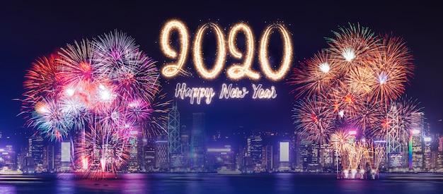 Gelukkig nieuw jaar 2020 vuurwerk over cityscape de bouw dichtbij overzees bij nachtviering Premium Foto