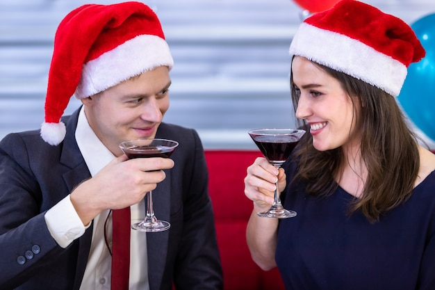 Gelukkig nieuw jaar 2021 concept. gelukkige paar met glazen rammelende champagne in kerst- en oudejaarsavondfeest Premium Foto