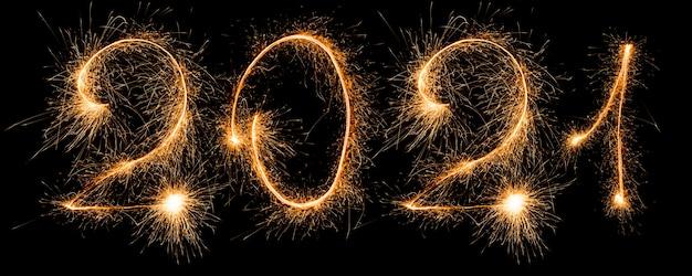 Gelukkig nieuw jaar 2021. nummer 2021 geschreven sprankelende wonderkaarsen geïsoleerd op zwarte achtergrond met kopie ruimte voor tekst. Premium Foto