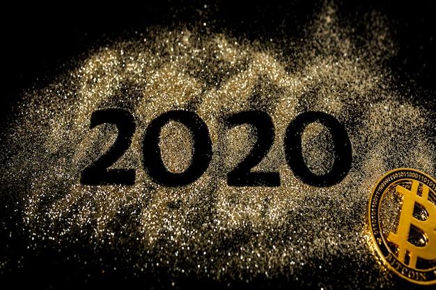 Gelukkig nieuwjaar 2020. creatieve collage van nummer twee en nul bestaat uit het jaar 2020. mooie sprankelende gouden nummer 2020 en bitcoin op zwart Premium Foto