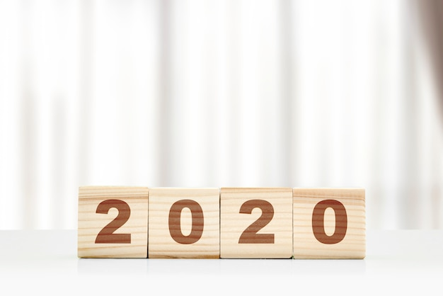 Gelukkig nieuwjaar 2020-nummers in houten blokken Premium Foto