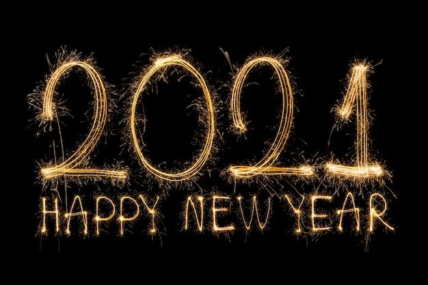 Gelukkig nieuwjaar 2021. sprankelende brandende tekst gelukkig nieuwjaar 2021 geïsoleerd op zwarte achtergrond. Premium Foto