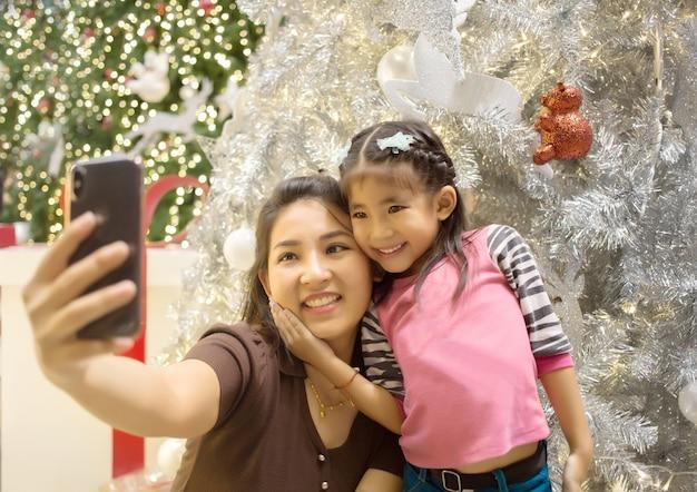 Gelukkig ogenblik op gezicht van aziatische moeder en dochter Premium Foto