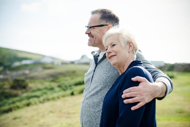 Gelukkig oud paar dat zich verenigt Gratis Foto