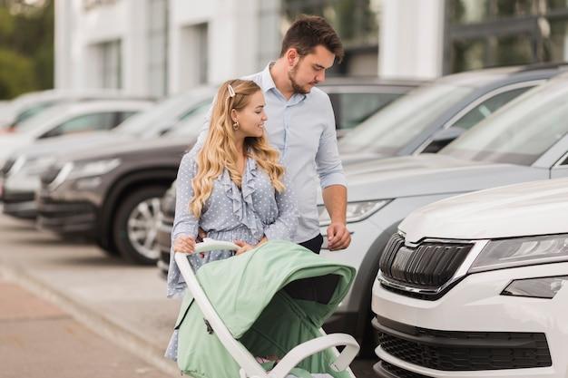Gelukkig paar dat auto's bekijkt Gratis Foto