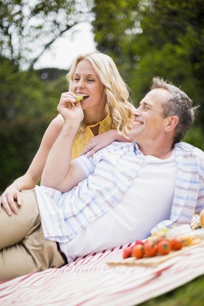 Gelukkig paar dat een picknick heeft buiten Premium Foto
