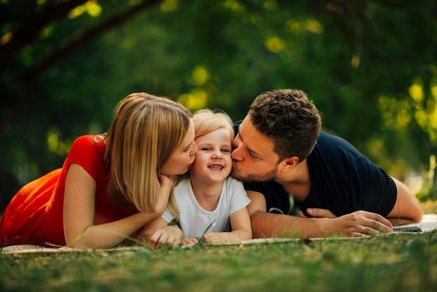 Gelukkig paar dat hun kind kust Gratis Foto