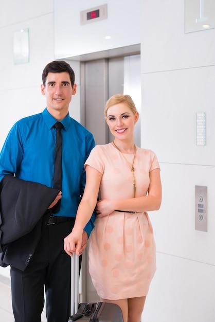 Gelukkig paar dat op hotellift of lift wacht Premium Foto