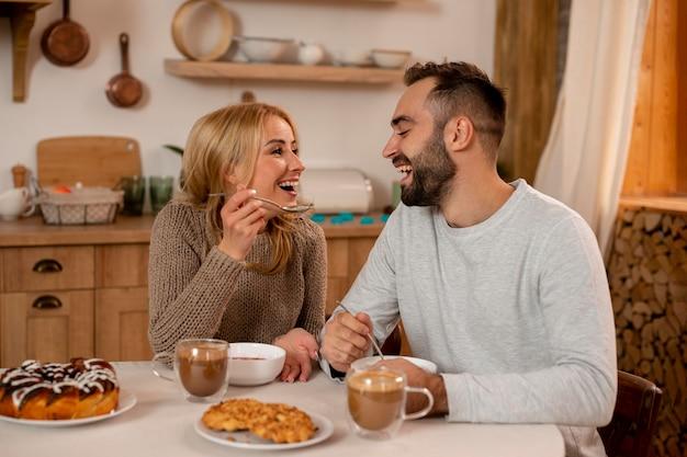 Gelukkig paar dat samen eet Premium Foto