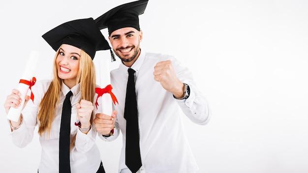Gelukkig paar dat zich met diploma's bevindt Gratis Foto
