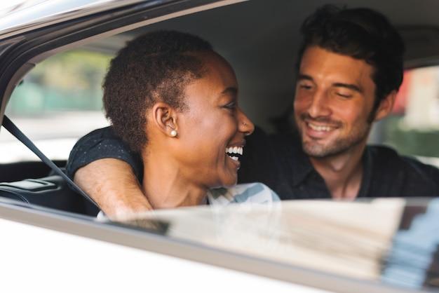 Gelukkig paar in een auto Premium Foto