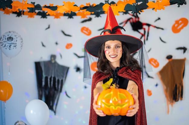 Gelukkig paar liefde in kostuums en make-up op een viering van halloween Premium Foto