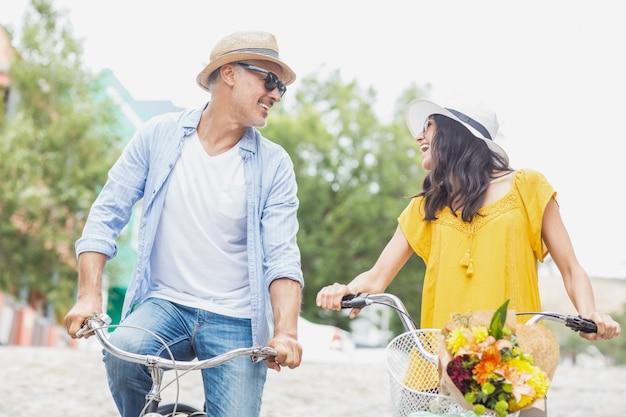 Gelukkig paar met fietsen Premium Foto