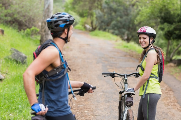 Gelukkig paar met fietsers op voetpad Premium Foto