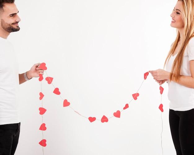 Gelukkig paar met hartslinger Gratis Foto
