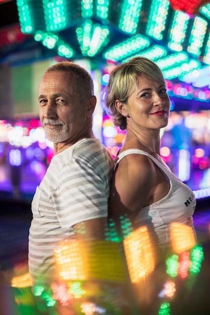 Gelukkig paar op de achtergrond van gloeiende lampen Gratis Foto