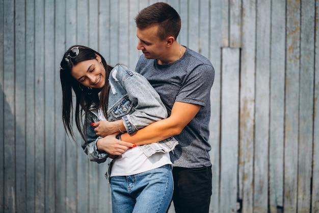 Gelukkig paar samen in park Gratis Foto