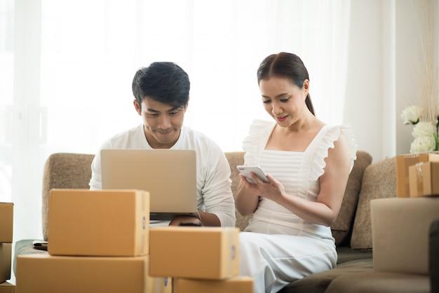 Gelukkig paar thuiskantoor met online business, online marketing en freelance werk Gratis Foto