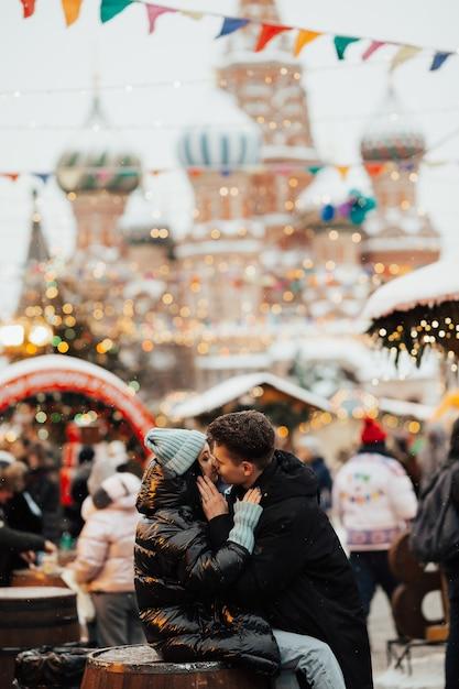 Gelukkig paar toeristen kussen naast de sint-basiliuskathedraal Premium Foto