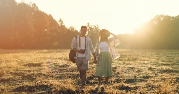 Gelukkig reispaar die samen ontspannen. gelukkige minnaars op huwelijksreis Premium Foto
