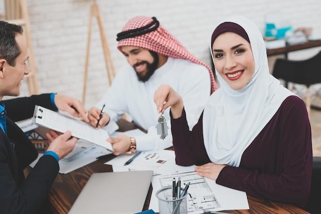 Gelukkig rijke arabische zakenman ondertekent huis contract. Premium Foto