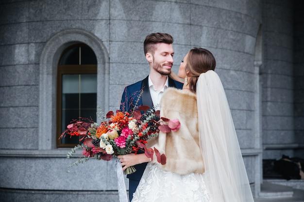 Gelukkig romantisch jong paar dat hun huwelijk viert Premium Foto
