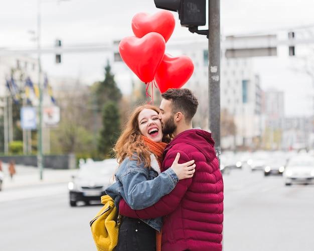 Gelukkig romantisch paar knuffelen Gratis Foto
