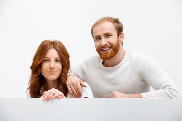Gelukkig roodharige vriendin en vriend glimlachen, verbergen Gratis Foto