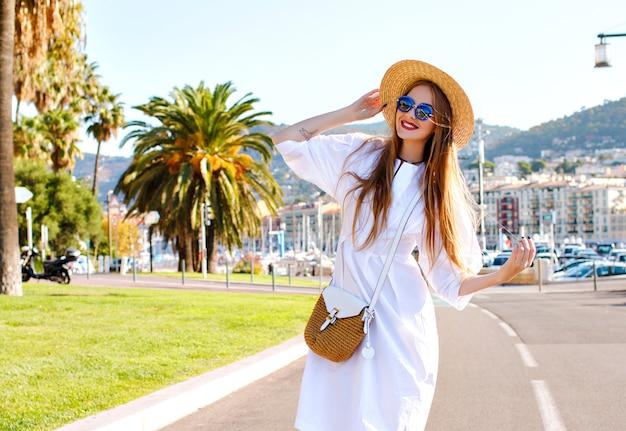 Gelukkig stijlvolle prachtige vrouw met plezier in mooie jachthaven in frankrijk Gratis Foto