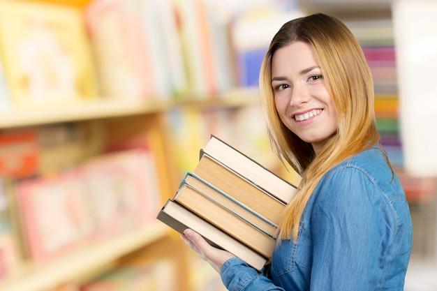 Gelukkig studentenmeisje met boeken Premium Foto