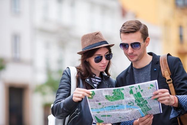 Gelukkig toeristenpaar die op vakantie in gelukkig glimlachen van europa reizen. kaukasisch paar. Premium Foto
