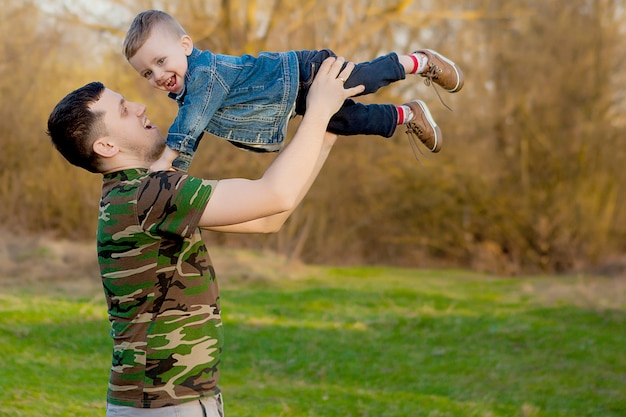Gelukkig vader spelen met zoon buitenshuis Premium Foto