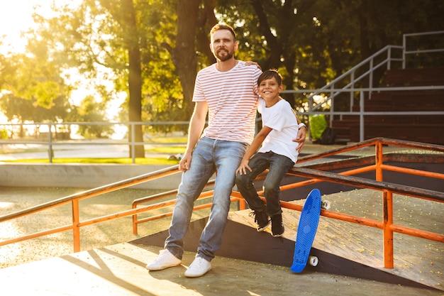 Gelukkig vader tijd doorbrengen met zijn zoontje Premium Foto