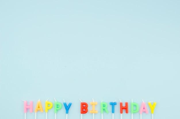 Gelukkig verjaardagsbericht op blauwe achtergrond met exemplaarruimte Gratis Foto