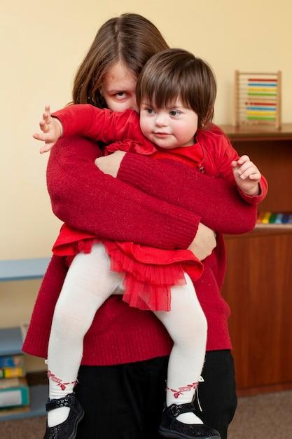 Gelukkig vrouw en kind met het syndroom van down Gratis Foto