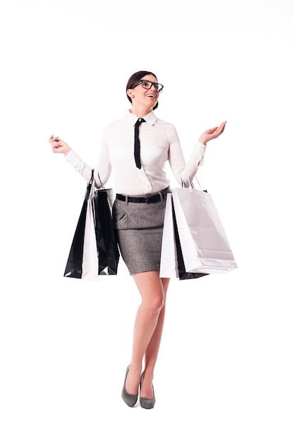 Gelukkig zakenvrouw bedrijf vol boodschappentassen Gratis Foto