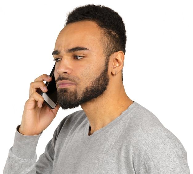 Gelukkige afro-amerikaanse man met behulp van een mobiele telefoon Premium Foto