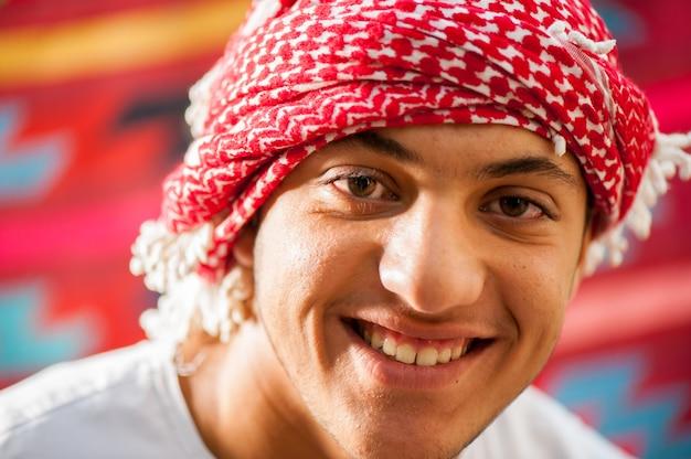 Gelukkige arabische jongen Premium Foto
